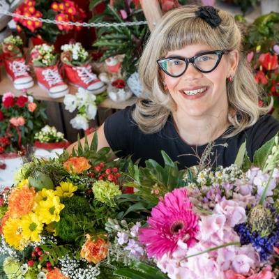 """Franziska Rühle , Floristin im """"Blumenwerk"""", zeigt zwei Sträuße, die sie bereits zum Muttertag gebunden hat. Nach den Auswirkungen durch den Coronavirus hoffen die Blumenläden auf zahlreiche Kunden zum Muttertag .  Aufgrund der aktuellen Situation sind Fleurop-Aufträge mit Auslieferung sehr begehrt."""